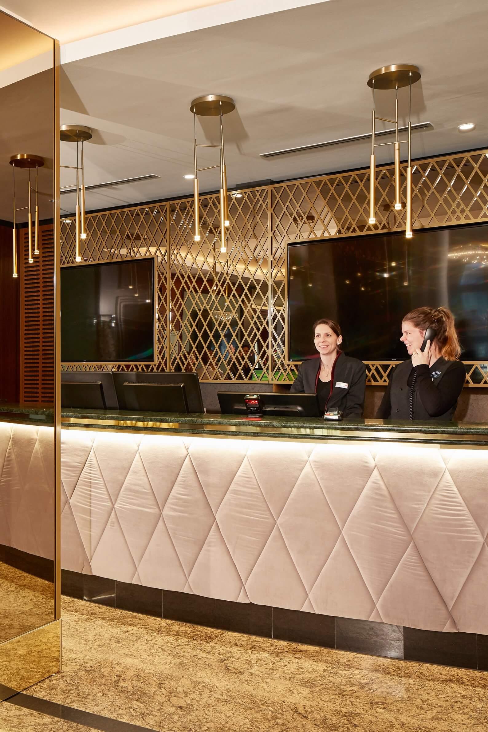 h-hotels_rezeption-02-hyperion-hotel-berlin_Original-kommerz.-Nutzung-_a4e30db9@2x