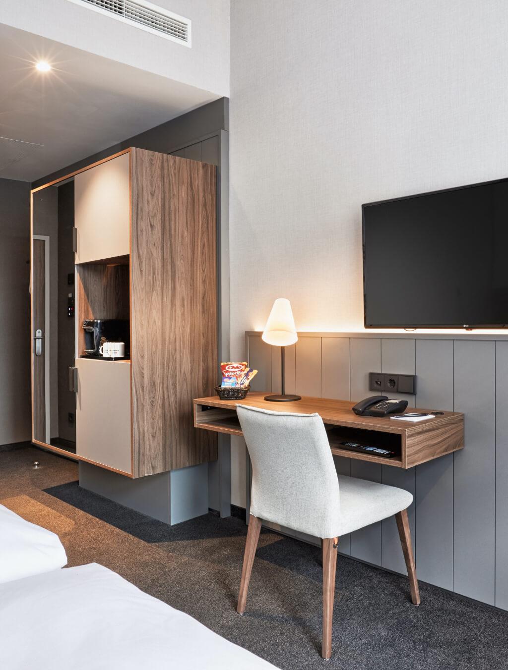 h-hotels_zimmer-komfort-kingzimmer-05-hplus-hotel-bremen_Original-kommerz.-Nutzung-_0c0fdef0@2x
