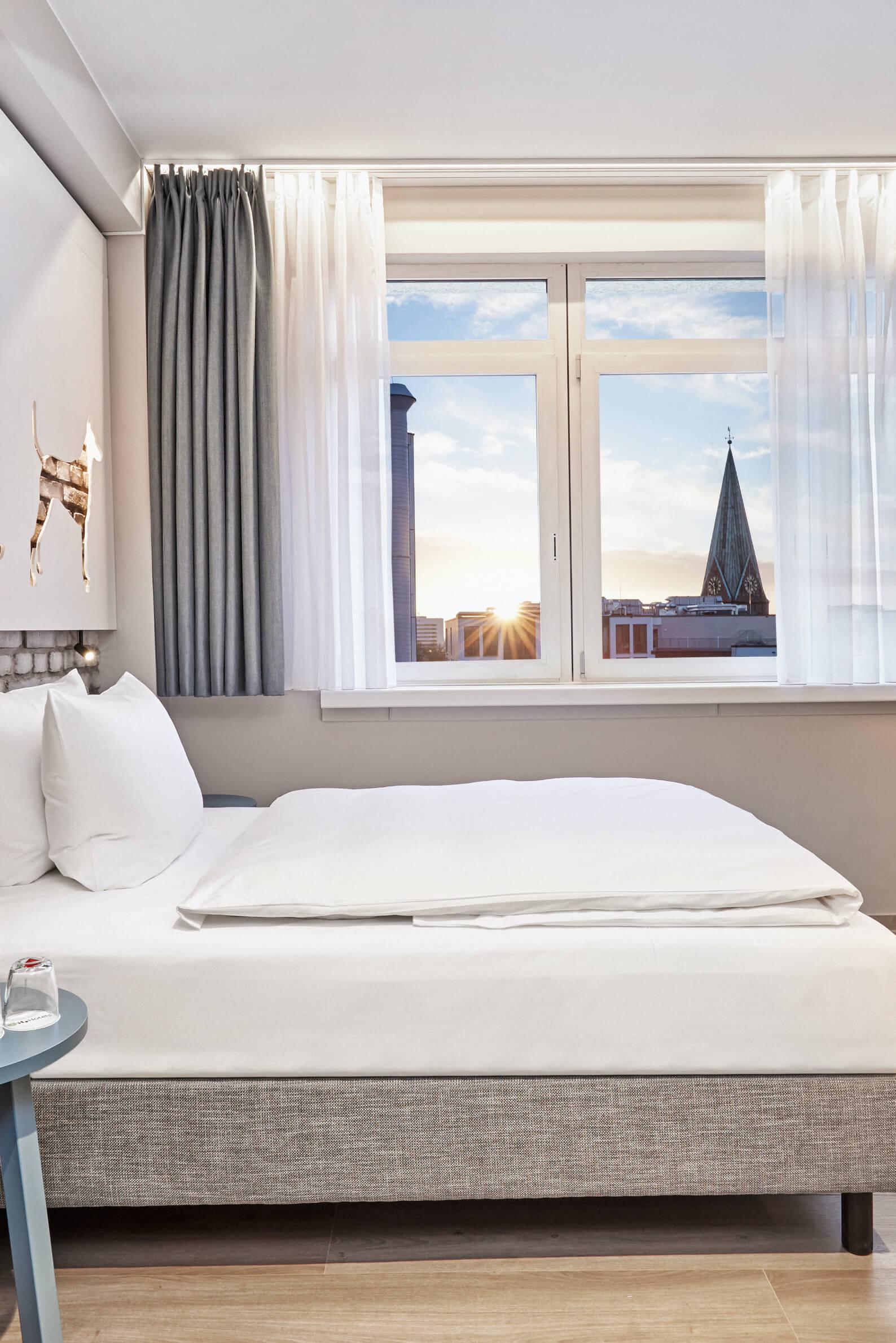 h-hotels_zimmer-komfort-queenzimmer-01-hplus-hotel-bremen_Original-kommerz.-Nutzung-_34a4e0fa@2x